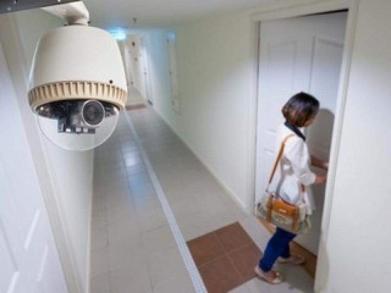 câmera de segurança residencial com monitor